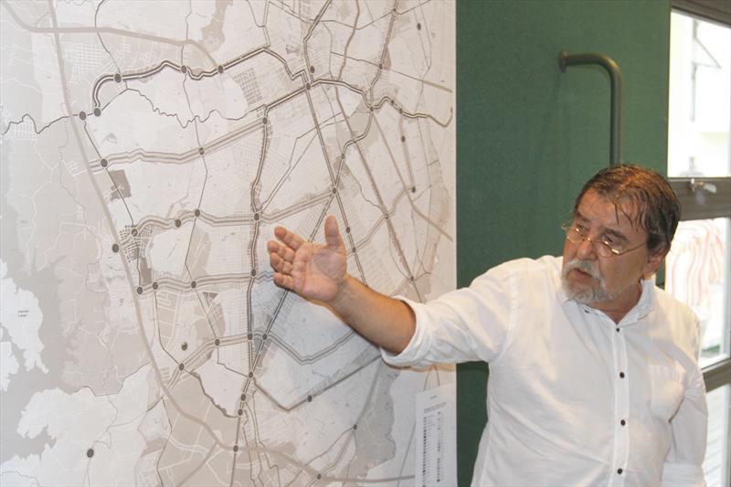 O prefeito Rafael Greca analisou nesta sexta-feira (10), no Ippuc, o projeto City Vehicle Interconnected (Civi), um dos que integram o Procedimento de Manifestação de Interesse (PMI) da Eletromobilidade, voltado à implantação de um modal de transporte público com acionamento elétrico. -Na imagem, o presidente do IPPUC Reginaldo Reinert. Curitiba, 10/02/2017 Foto:Ari Dias/IPPUC