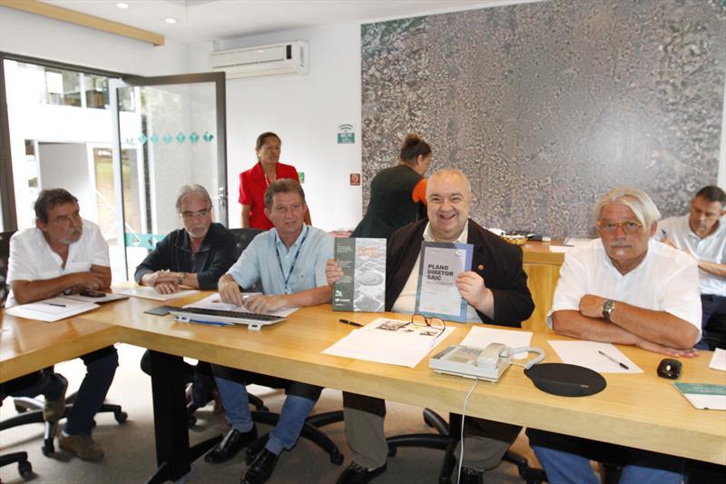 Uma parceria entre a Prefeitura de Curitiba e a Sanepar poderá recuperar o Rio Belém e integrá-lo à cidade de forma harmônica. A iniciativa para esta colaboração foi manifestada pelo prefeito Rafael Greca em reunião, no Ippuc, com os integrantes da Gerência Geral Metropolitana e Litoral da Sanepar. Curitiba, 17/03/2017 Foto:Ari Dias/IPPUC