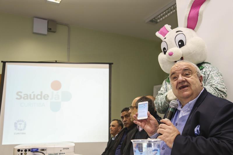 Prefeito Rafael Greca e o secretário municipal da Saúde, João Carlos Baracho, lançam o projeto-piloto do aplicativo Saúde Já Curitiba, na Unidade de Saúde Parolin. Curitiba, 12/04/2017. Foto: Pedro Ribas/SMCS