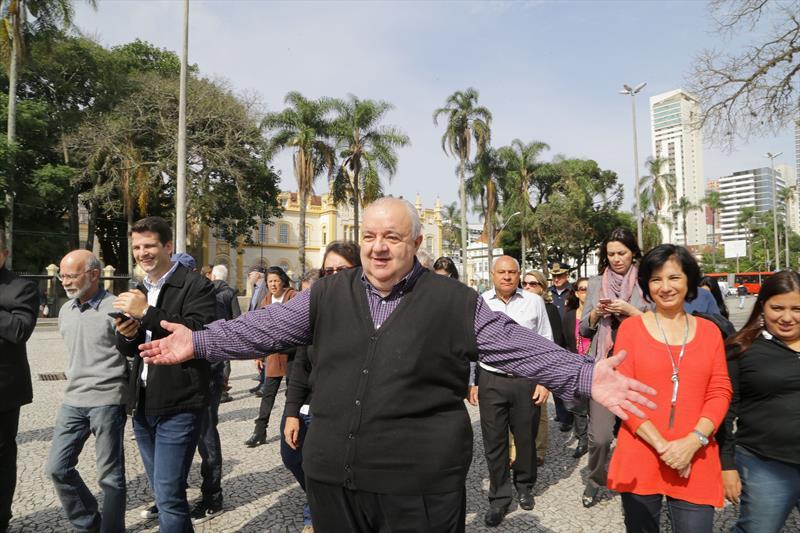 Prefeito Rafael Greca em visita a Regional da Matriz. Na imagem, Rafael em caminhada pela praça Rui Barbosa. Curitiba, 20/03/2017. Fotos: Joel Rocha/ SMCS