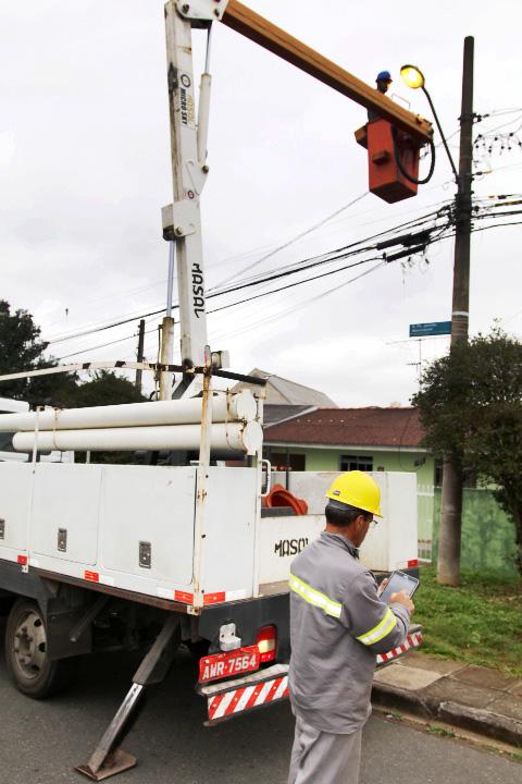 Quando uma lâmpada do sistema público de iluminação de Curitiba se apaga ou apresenta algum problema, a Prefeitura leva em média dois dias para fazer o conserto.  Curitiba, 2017 Foto:Divulgação