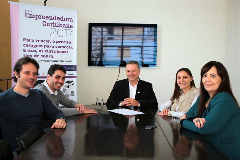 A Federação das Indústrias do Estado do Paraná (Fiep) é a mais nova patrocinadora do Prêmio Empreendedora Curitibana. O termo de patrocínio foi assinado na sexta-feira (4/8) pelo diretor tesoureiro da Fiep, Nelson Furman, pelo presidente da Agência Curitiba de Desenvolvimento e Inovação, Frederico Lacerda. Curitiba, 07/08/2017 Foto:Cido Marques/FCC