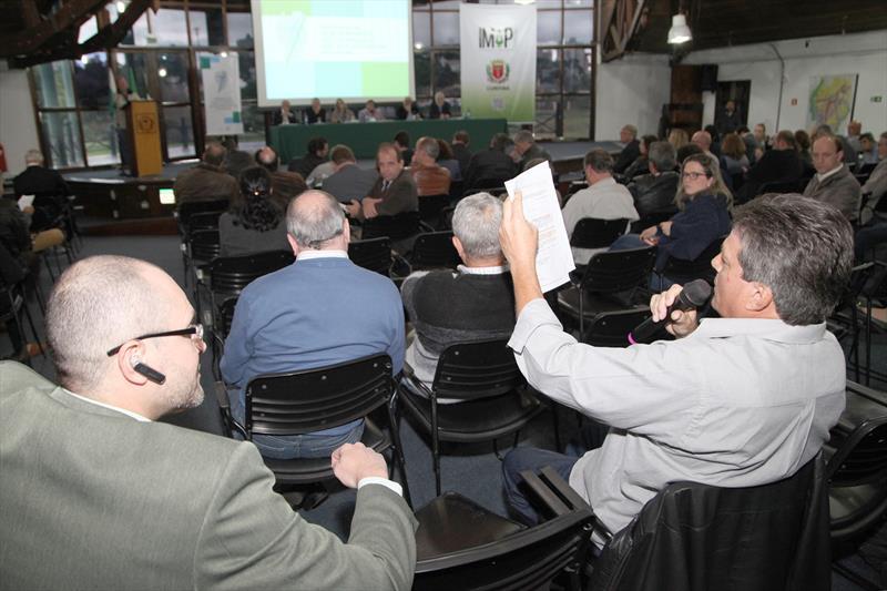 Nesta segunda-feira, o Salão de Atos do Barigui recebeu 144 pessoas no workshop sobre a Lei de Zoneamento, Uso e Ocupação do Solo dirigido às dez entidades de classe que encaminharam sugestões à legislação. Curitiba, 02/10/2017 Foto:Ari Dias/IPPUC
