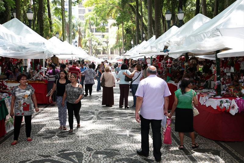 A tradicional Feira Especial de Natal nas praças Osório e Santos Andrade, região central de Curitiba. Foto: Jaelson Lucas/SMCS