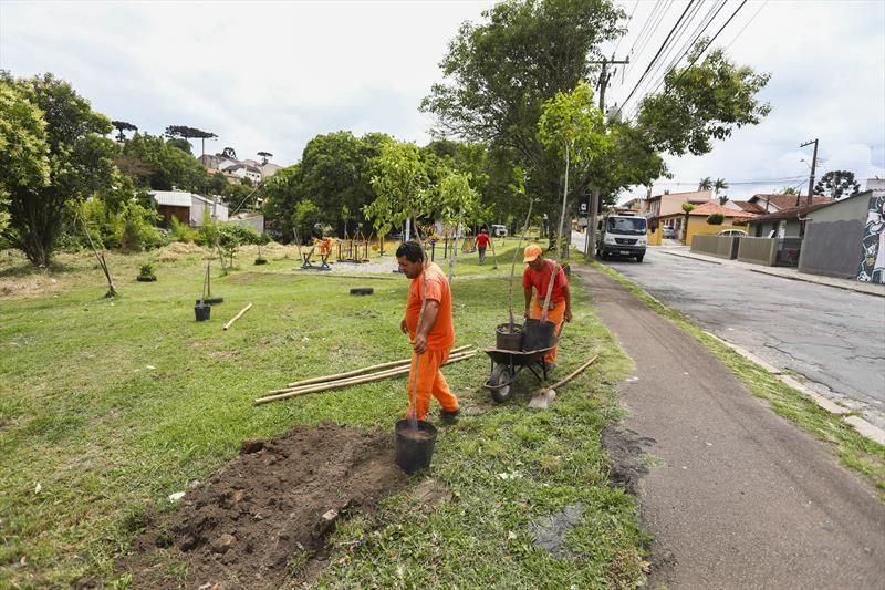 Rua Guilherme Butler do Barreirinha recebe mutirão de limpeza. Curitiba, 01/12/2017 - Foto: Daniel Castellano / SMCS