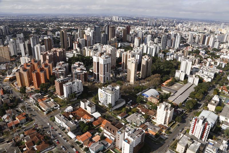 Carnês do IPTU de Curitiba começam a ser distribuídos; pagamento à vista tem desconto de 4%. Foto: Luiz Costa/SMCS