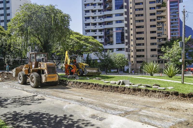 Obras de abertura de rua na Praça do Japão, para implantação do Ligeirão Norte-Sul. Curitiba, 26/02/2018. Foto: Pedro Ribas/SMCS