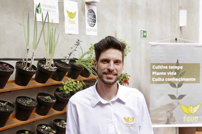 Conheça três startups de impacto social do Vale do Pinhão. -Na imagem, Marcelo Pinhel, um dos fundadores da Statup Favo, criador das  hortas automatizadas para pequenos espaços. Curitiba,26/04/2018. Foto: Luiz Costa/ SMCS