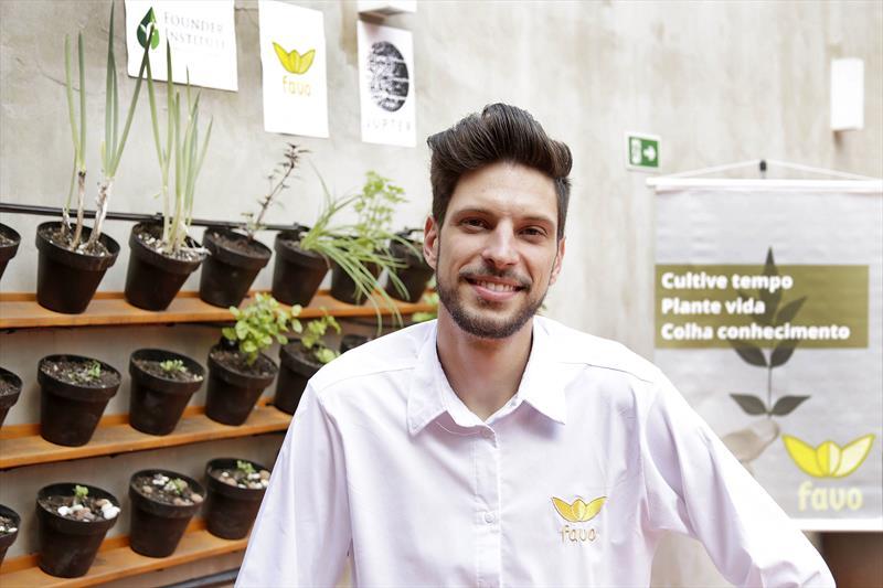 Conheça três startups de impacto social do Vale do Pinhão. -Na imagem, Marcelo Pinhel, um dos fundadores da Statup Favo, criador das  hortas automatizadas para pequenos espaços. Curitiba, 26/04/2018. Foto: Luiz Costa/ SMCS