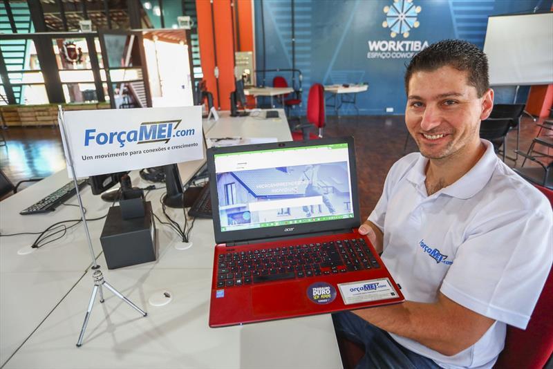 Fernando da Cruz, fundador da startup ForçaMEI, que oferece uma plataforma de divulgação de Microeempreendedores Individuais (MEI) e que está trabalhando no Worktiba Barigui. - Curitiba, 25/04/2018 - Foto: Daniel Castellano / SMCS