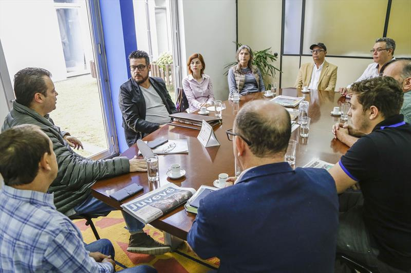 O secretário municipal da Comunicação Social, Marcelo Cattani, recebe a nova diretoria da Associação dos Jornais de Bairro. Curitiba, 16/05/2018. Foto: Pedro Ribas/SMCS