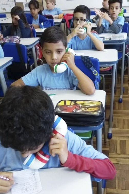 Telefones de brinquedo, construídos de forma artesanal com tubos de PVC, estão sendo usados na Escola Municipal Ivaiporã, no bairro Pinheirinho, para fazer com que os estudantes leiam mais e melhor. Foto: Divulgação