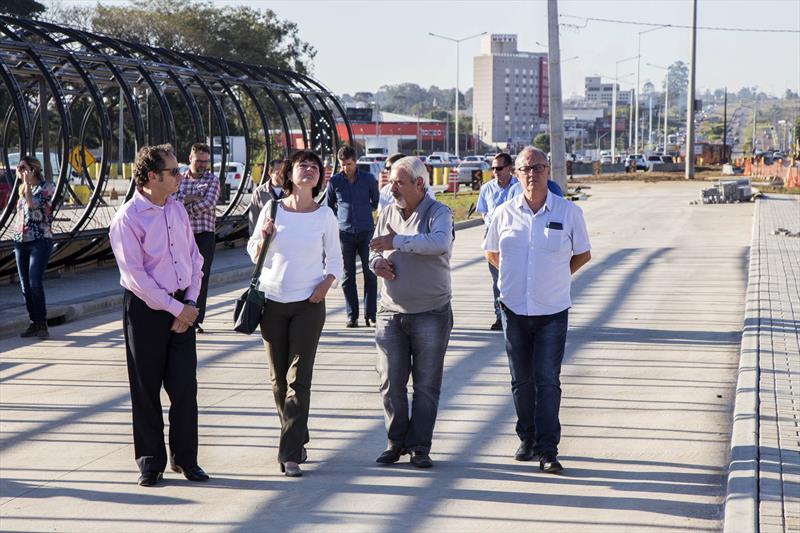 AFD destaca projeto de Curitiba e avalia novos investimentos. Na Linha Verde, o grupo fez visita técnica à estação-tubo Fagundes Varela, que está sendo instalada sobre a plataforma, no trecho que já está com a canaleta. Curitiba, 18/07/2018 -  Foto: Valdecir Galor/SMCS