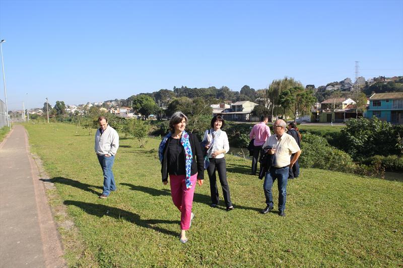 Comitiva da Agência Francesa de Desenvolvimento (AFD), durante visita ao Parque Linear Guairaca, que margeia o Rio Barigui, no Bairro Fazendinha regional Portão.Na imagem, Aurelie Ghueldre, chefe de projetos da AFD e Laure Schalchli, ger. de projetos da AFD. Curitiba, 19/07/2018 Foto:Cesar Brustolin/SMCS