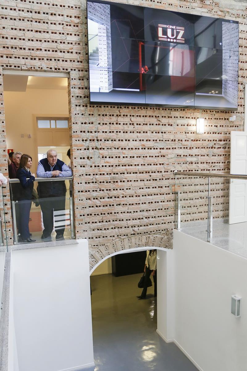 Prefeito Rafael Greca, com a presidente da Fundação Cultural, Ana Cristina Castro, vistoria o Cine Passeio, no Centro. Curitiba, 27/07/2018. Foto: Pedro Ribas/SMCS