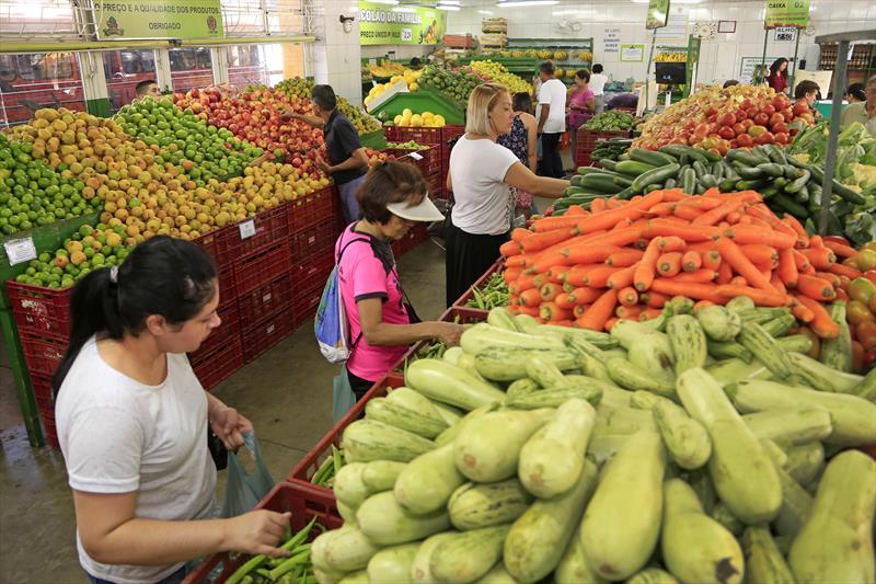 Pesquisa do Disque Economia da Prefeitura mostra que os preços de frutas e hortaliças são até 64% mais baratos, nas quartas-feiras, nos Sacolões da Família e nos pontos do Nossa Feira, em comparação aos valores praticados por supermercados de Curitiba.  - Na imagem, Sacolão do Pinheirinho. Foto: Luiz Costa/SMCS