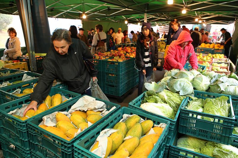 Pesquisa do Disque Economia da Prefeitura mostra que os preços de frutas e hortaliças são até 64% mais baratos, nas quartas-feiras, nos Sacolões da Família e nos pontos do Nossa Feira, em comparação aos valores praticados por supermercados de Curitiba.  - Na imagem, Nossa Feira. Foto: Cesar Brustolin/SMCS (arquivo)
