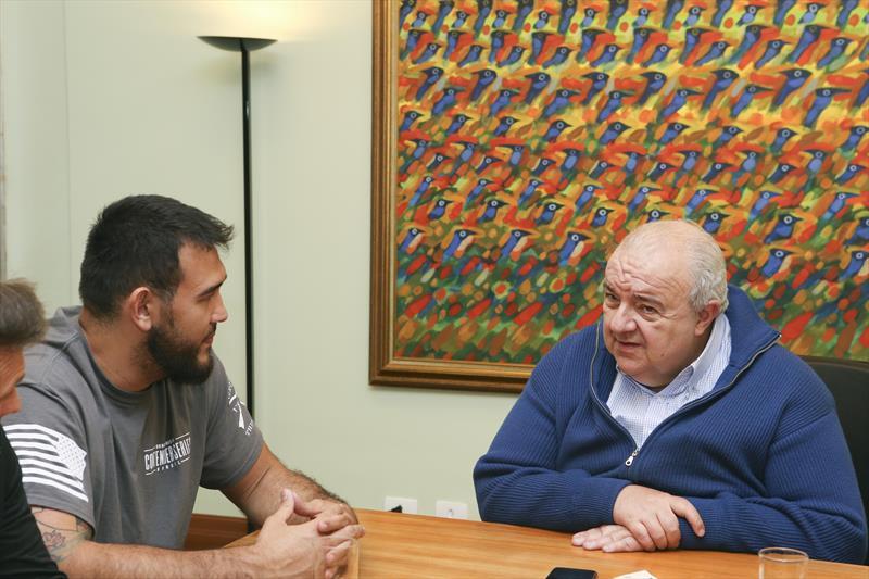 Prefeito Rafael Greca recebe visita do lutador  curitibano do UFC Augusto Sakai. Curitiba, 12/09/2018 Foto:Cesar Brustolin/SMCS