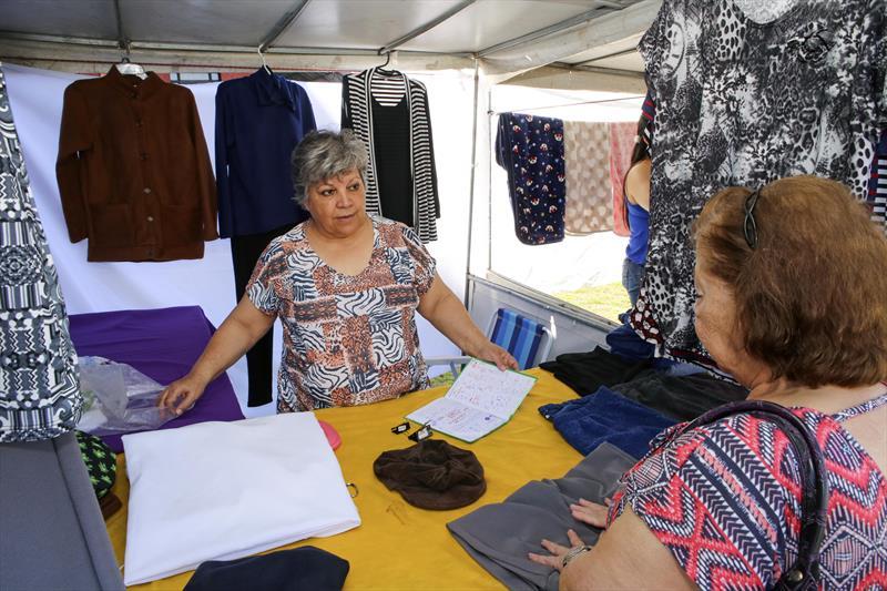 Feira de artesanato na Rua da Cidadania do Pinheirinho.  - Na imagem, a artesã Roselita de Souza, produz vestidos blusas e calças femininas. Curitiba, 31/08/2018 -  Foto: Cesar Brustolin/SMCS