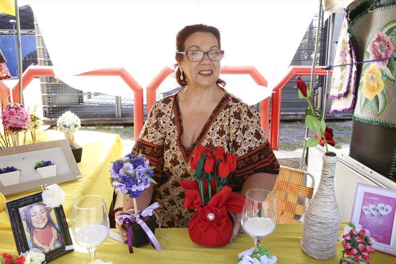 Feira de artesanato na Rua da Cidadania do Pinheirinho.  - Na imagem, a artesã Eliana Canato, mostra vasos de flor em topearia. Curitiba, 31/08/2018 -  Foto: Cesar Brustolin/SMCS