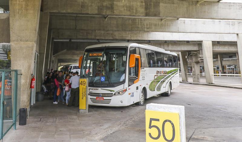 O movimento esperado na Rodoviária de Curitiba para o feriado do dia da Padroeira do Brasil (12/10), Nossa Senhora Aparecida, é de 29 mil passageiros. Foto: Daniel Castellano/SMCS