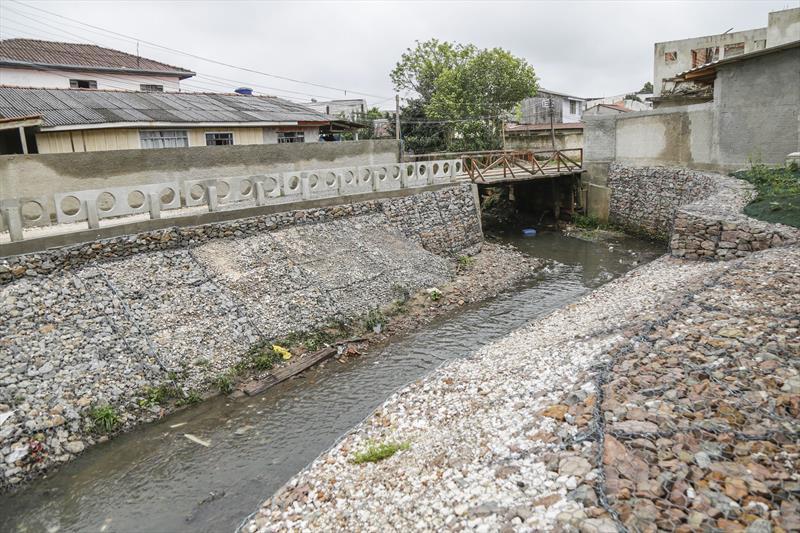 Obra de contenção de talude para conter a vazão do rio Vila Oficinas, no Cajuru. Curitiba, 08/10/2018. Foto: Pedro Ribas/SMCS