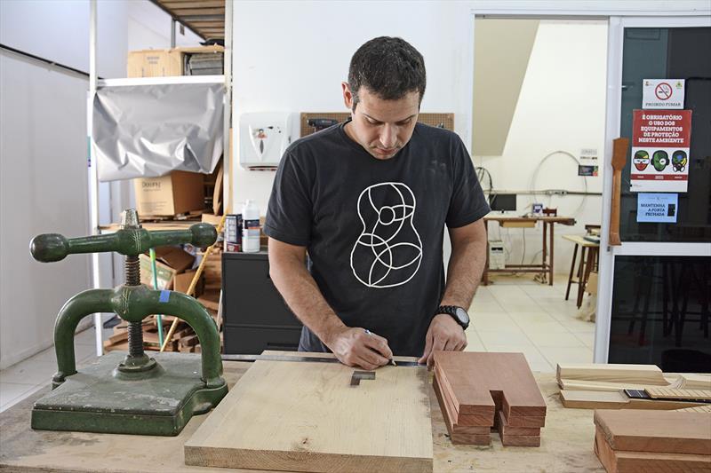 Os empreendedores Ricardo Corso e Fernando Rodrigues criaram o coworking de marcenaria e lutheria São Francisco. Cada bancada é administrada por um técnico, usando a dinâmica do espaço na produção. Curitiba, 22/10/2018. Foto: Levy Ferreira/SMCS