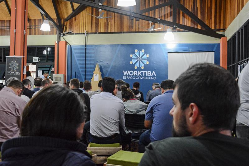 Startup do Worktiba Barigui ensina, ao vivo, como criar um aplicativo. Foto: Levy Ferreira/SMCS