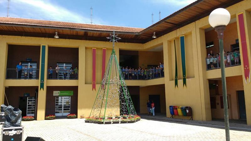 Natal nas Regionais de Curitiba começa na próxima sexta-feira.  - Na imagem,  Cantata de Natal em 2017 com 500 crianças no Bairro Novo. Foto: Divulgação