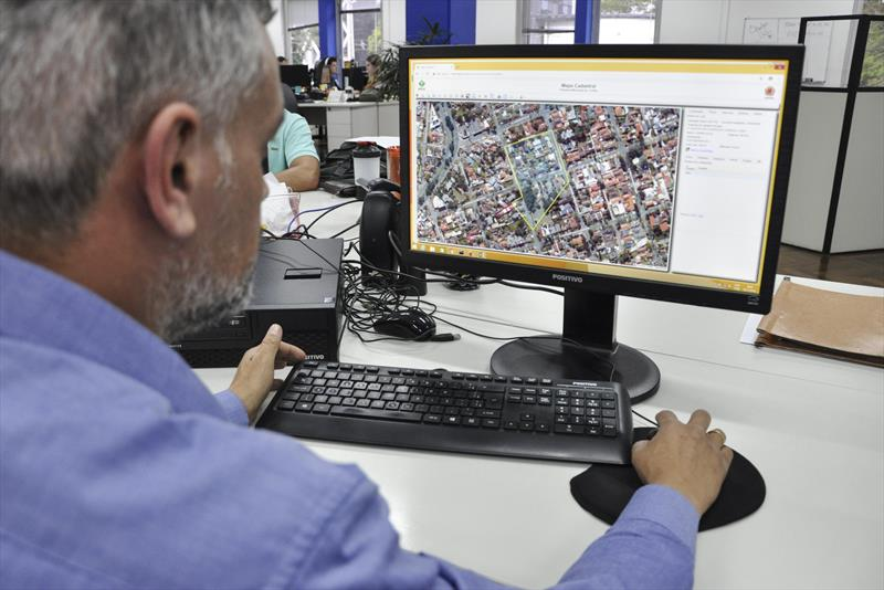 Base cadastral de terrenos e lotes de Curitiba pode ser consultada pela internet.  - Na imagem, Claudio Roberto Penhabel. Foto: Levy Ferreira/SMCS