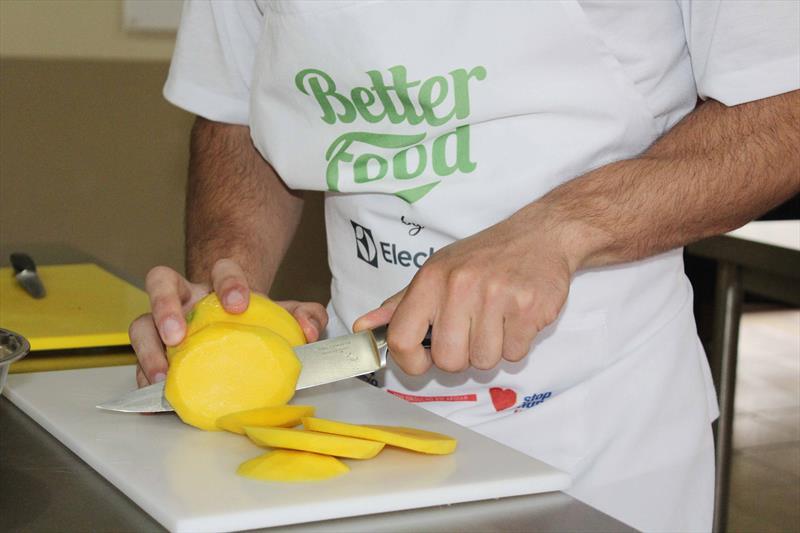Lave bem as mãos para manipular os produtos e repita a operação durante o preparo.  Foto: Ricardo Marajó / FAS