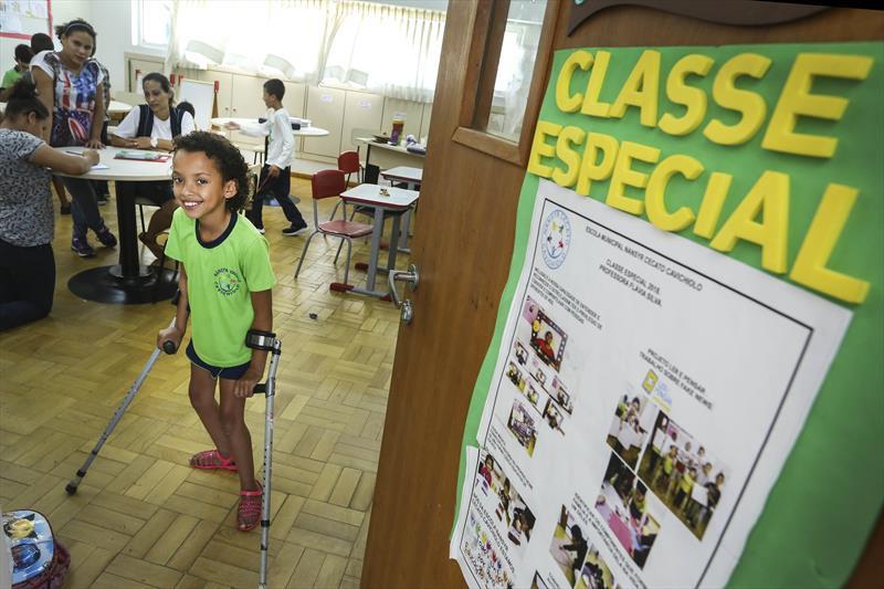 Escola Nansyr Cecato é exemplo de inclusão. A estudante Evelyn, já está deixando as muletas em apenas três meses de aula. Curitiba, 06/12/2018. Foto: Luiz Costa /SMCS.
