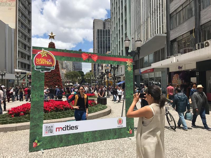 Moldura, instalada no sábado (8/12), é um convite para fazer divertidas fotos com a árvore de Natal da Rua XV de Novembro, no Centro.