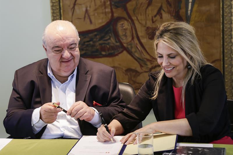 Prefeito Rafael Greca, e a governadora Cida Borghetti, assinam repasse de recursos pela Copel por meio da Lei Rouanet, para o projeto do Memorial Paranista. Curitiba, 19/12/2018. Foto: Pedro Ribas/SMCS