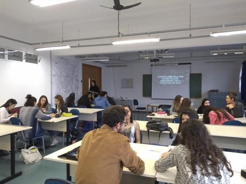 Projeto foi aplicado em semanas acadêmicas dos cursos de arquitetura e geografia de universidades do Paraná e Santa Catarina.   - Na imagem, metodologia aplicada a alunos da UTFPR. Foto: Divulgação
