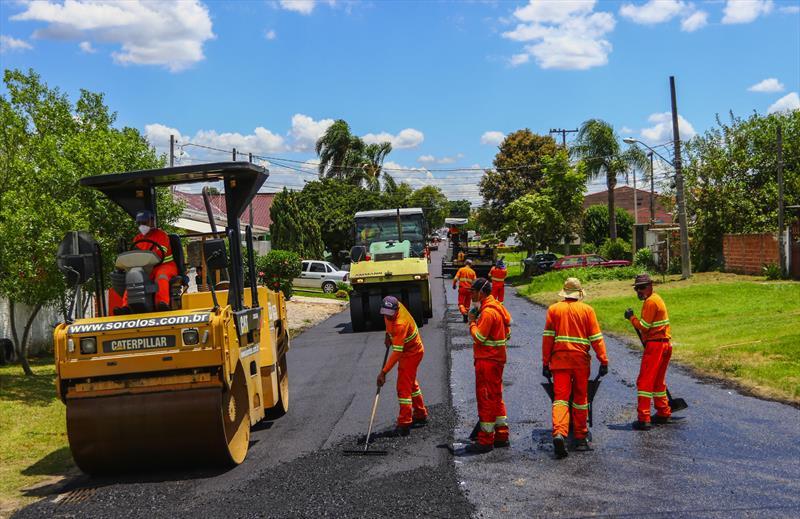 Asfalto nos bairros. Obras de pavimentação asfáltica da Rua Hipólito da Costa no Boqueirão.  - Curitiba, 28/01/2019 - Foto: Daniel Castellano / SMCS