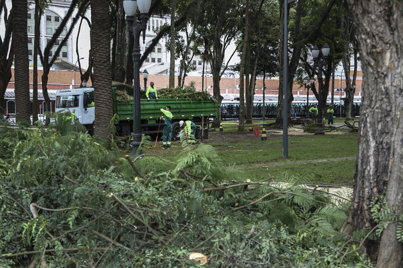Equipe do meio ambiente faz manuntenção na praça Eufrásio Correia. Curitiba, 07/02/2019. Foto: Luiz Costa/SMCS.