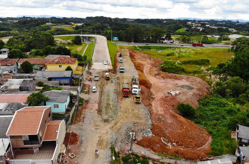Em breve, o Viaduto Pompéia, no Tatuquara, estará cumprindo a função para a qual foi criado. A estrutura foi entregue em setembro de 2015 pela Autopista Planalto Sul/Arteris - concessionária responsável pela rodovia BR-116 - mas sem as alças necessárias para os motoristas acessarem o viaduto. As alças deveriam ter sido construídas pela gestão anterior, mas só a partir de setembro de 2018 foram iniciadas.. - Curitiba, 22/02/2019 - Foto: Daniel Castellano / SMCS