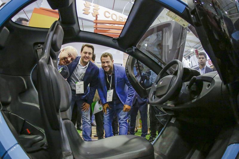 Prefeito Rafael Greca, assina com o governador Carlos Massa Ratinho Junior, a isenção do IPVA à circulação de veículos elétricos e híbridos. Curitiba, 21/03/2019. Foto: Michel Willian