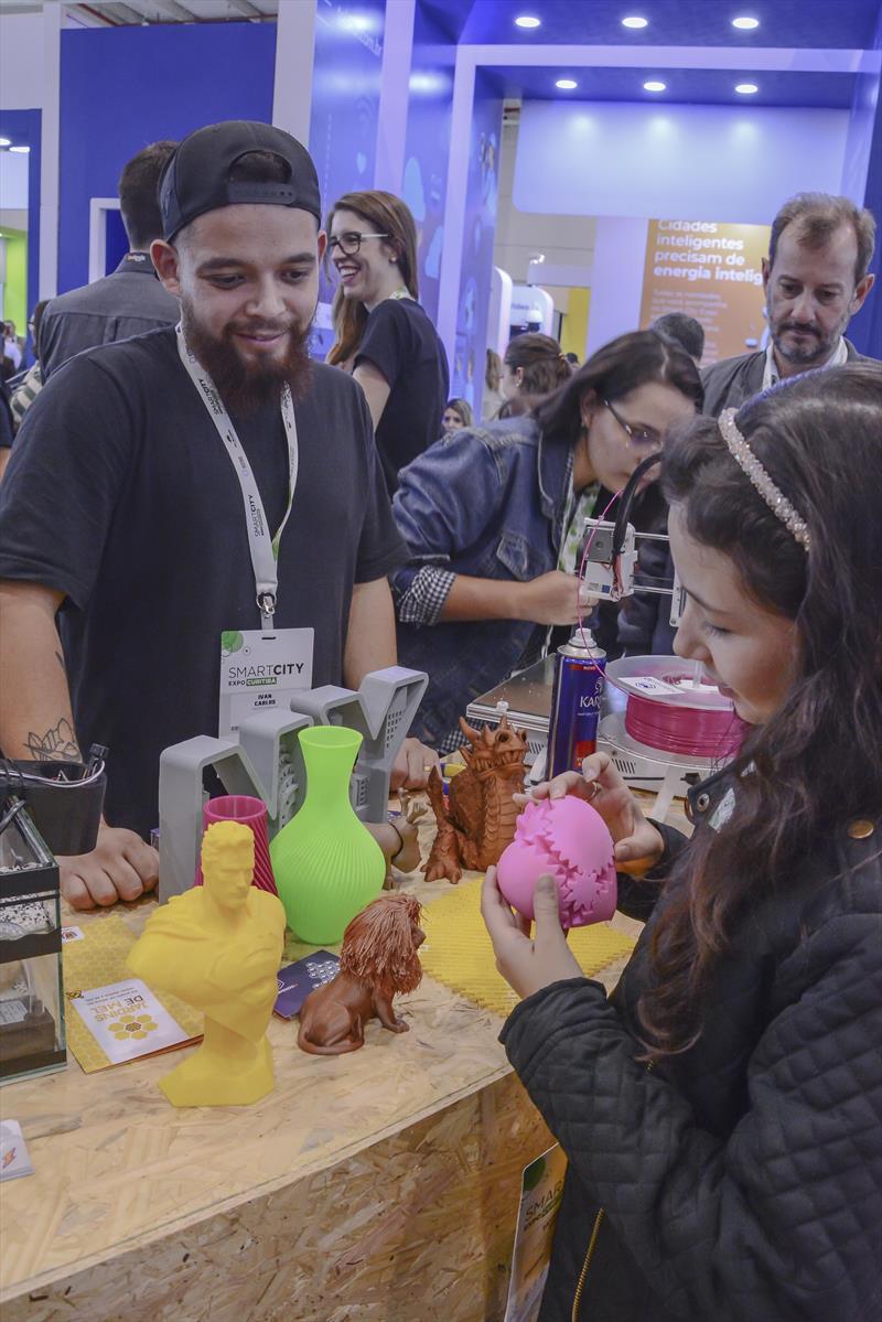 Durante os dois dias do fórum internacional, os visitantes puderam acompanhar no Smart Plaza a exposição de produtos, serviços e soluções, além de pitchs (apresentações curtas) de 91 representantes de startups, empresas da capital e de órgãos do município. Curitiba, 22/03/2019. Foto: Levy Ferreira/SMCS