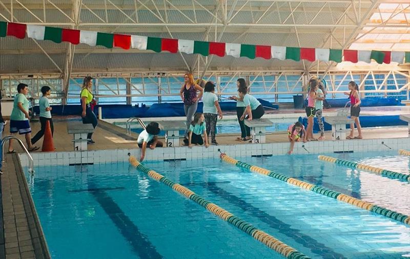 Estudantes da rede municipal de ensino passaram a ter aulas de Ambientação Aquática, neste mês de abril, nas piscinas públicas dos Clubes da Gente Bairro Novo e Tatuquara. Foto:Divulgação