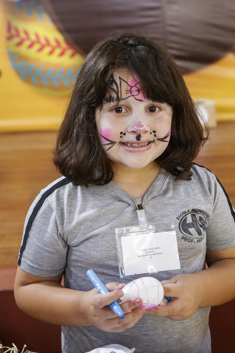 Atividades de Páscoa, com crianças de escolas municipais no Bosque Alemão. Na foto, Bianca Geraldeli. Curitiba, 12/04/2019. Foto: Pedro Ribas/SMCS