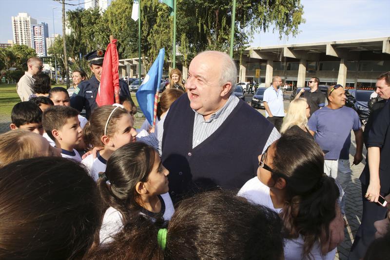O prefeito Rafael Greca lançou nesta sexta-feira (12/4) um concurso de cidadania para levar estudantes de escolas municipais a passeios gratuitos da Linha Turismo, ônibus que percorrem atrativos da cidade.  Curitiba, 12/04/2019 oto:Cesar Brustolin/SMCS
