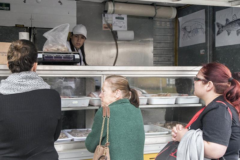 Devido à Semana Santa, 18 pontos extras de pescados da Prefeitura serão montados para atender a população de Curitiba de quarta (17/4) a sexta-feira (19/4). Foto: Valdecir Galor/SMCS
