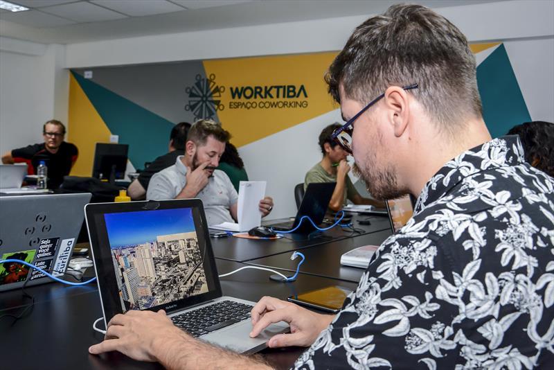 Startup curitibana que acaba de entrar no Worktiba Cine Passeio.   - Na imagem, Bernardo Rocha, 37 anos, é um dos sócios-fundadores da Transpira Colab, empresa de produção áudio visual que está instalada no Worktiba Cine Passeio. Curitiba, 12/04/2019. Foto:Levy Ferreira/SMCS
