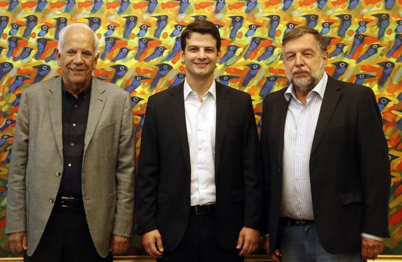 O prefeito em exercício Eduardo Pimentel se reuniu nesta segunda-feira (22/4), no Palácio 29 de Março, com os senadores Oriovisto Guimarães e Flávio Arns para discutir programas e obras para a capital. Foto: Lucilia Guimarães/SMCS
