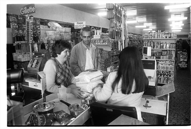 O Instituto de Previdência dos Servidores do Município de Curitiba, o IPMC, celebra o aniversário de 60 anos da instituição.  - Na imagem, o IPMC tinha mercado, farmácia e até boutique. Foto: Arquivo Público