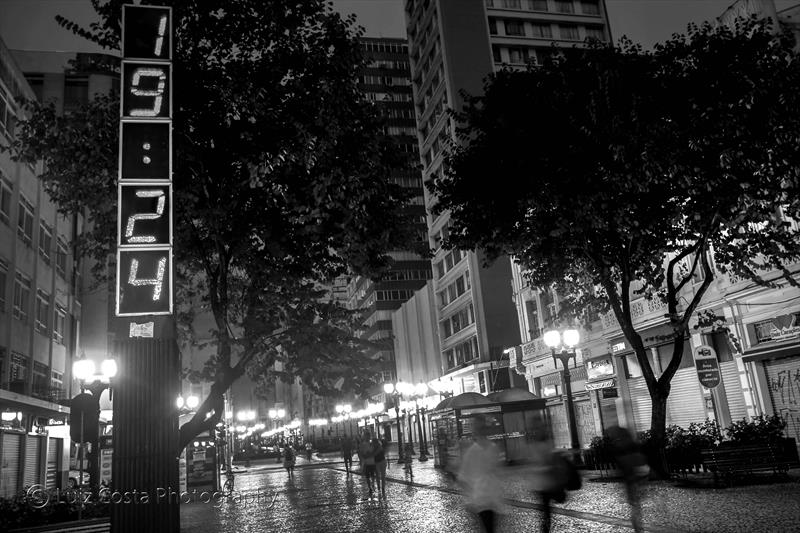 Relógio Digital no Calçadão da Rua XV. Foto: Luiz Costa /SMCS