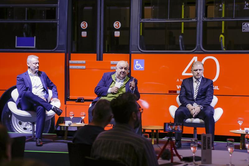 Prefeito Rafael Greca, com o presidente da Volvo Buses Latin America, Fabiano Todeschini, e o presidente da Setransp, Mauricio Gulin, participa do evento de 40 anos da Volvo no Brasil. Curitiba, 14/05/2019. Foto: Pedro Ribas/SMCS