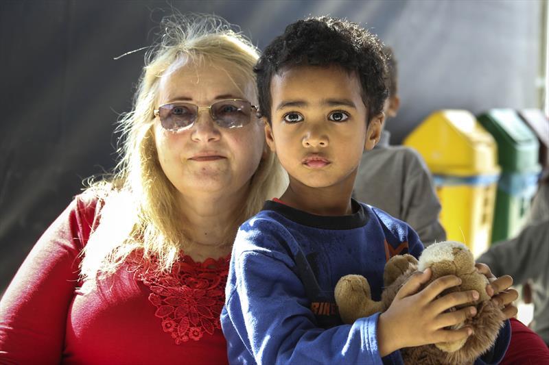 Apresentação de teatro conexão cultural no pátio da rua da cidadania Cajurú.   - Na imagem, Inês Perezoevsski e Cristopher. Curitiba, 14/05/2019. Foto: Luiz Costa /SMCS